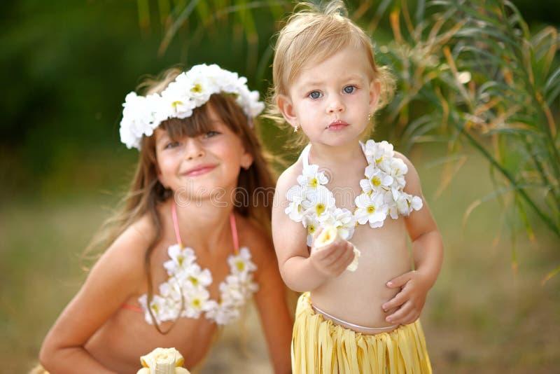 Download Retrato de dos hermanas imagen de archivo. Imagen de falda - 44852189