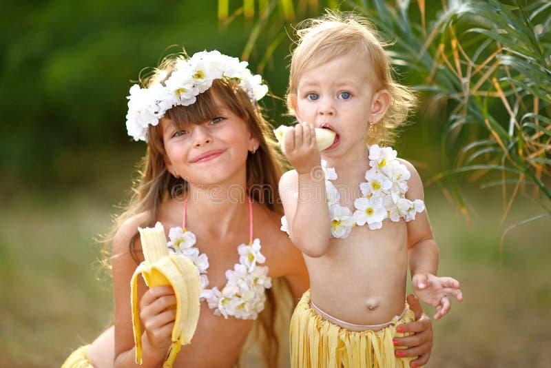 Download Retrato de dos hermanas foto de archivo. Imagen de plátano - 44852574