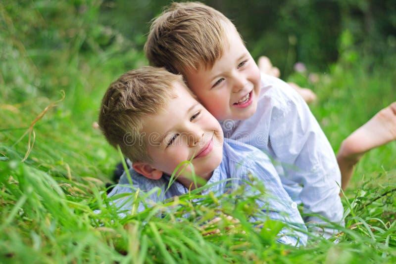 Retrato de dos hermanos alegres fotografía de archivo libre de regalías