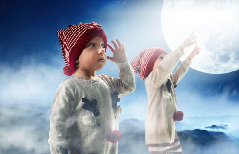 Retrato de dos hermanos gemelos del adorbale que miran la Navidad fotos de archivo libres de regalías