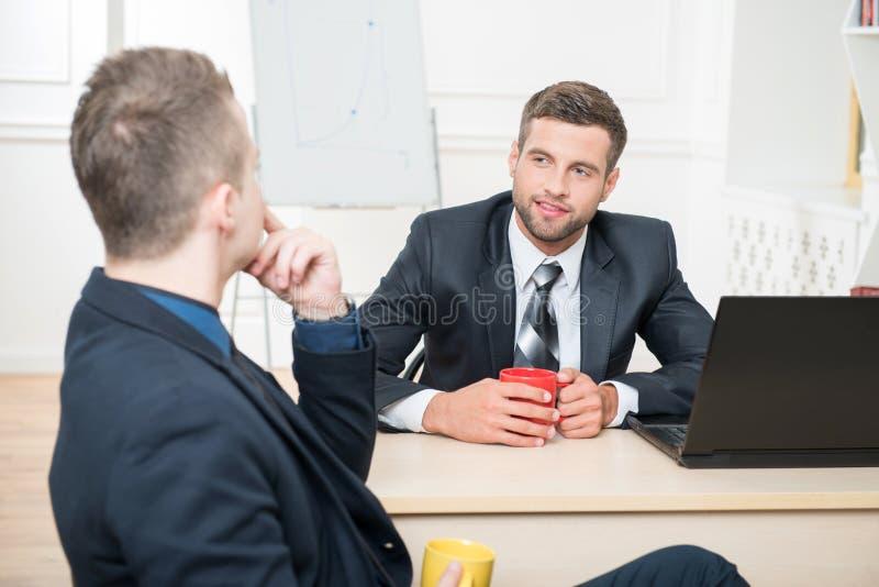 Download Retrato De Dos Hombres De Negocios Hermosos En Trajes Foto de archivo - Imagen de sociedad, feliz: 44856264