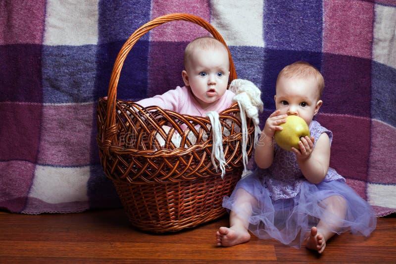 Retrato de dos muchachas imágenes de archivo libres de regalías