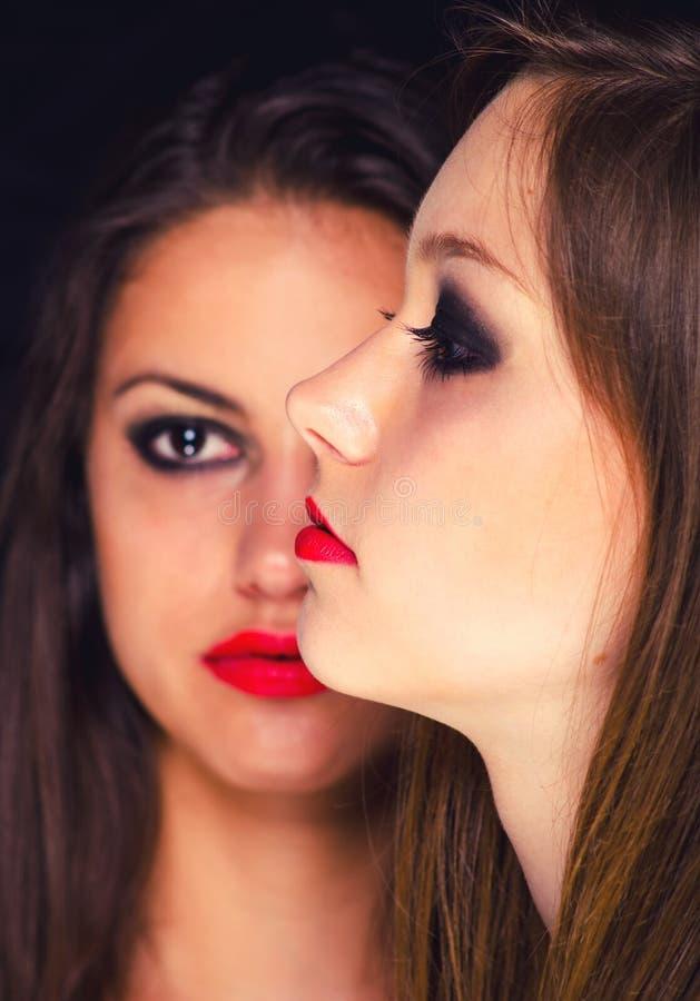 Retrato de dos muchachas hermosas imágenes de archivo libres de regalías