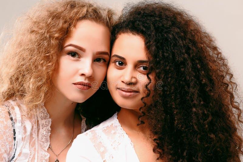 Retrato de dos muchachas rizadas Afro y rubio fotos de archivo libres de regalías
