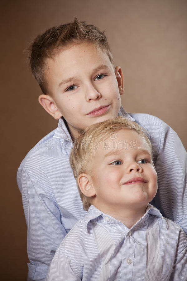 Retrato de dos muchachos en estudio imagenes de archivo