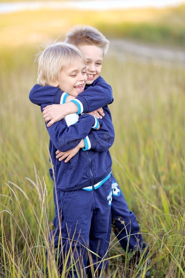 Retrato de dos niños pequeños en la playa imagenes de archivo