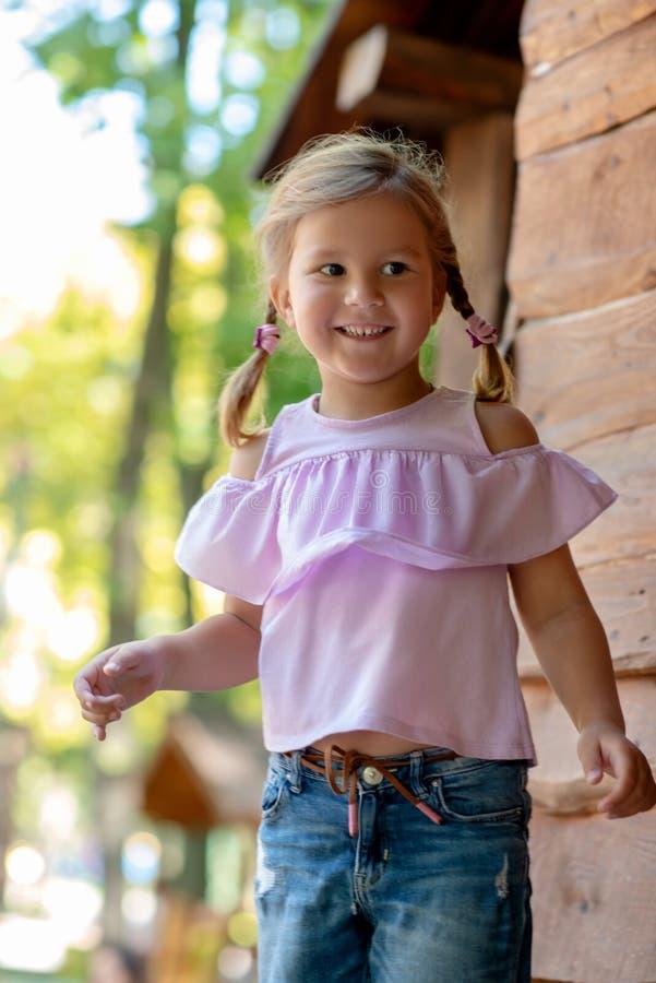 Retrato de dos pequeños niños sonrientes lindos, muchacho y muchacha, hermano y hermana, al aire libre imágenes de archivo libres de regalías