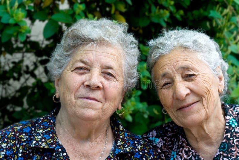 Retrato de dos señoras mayores sonrientes imagen de archivo libre de regalías