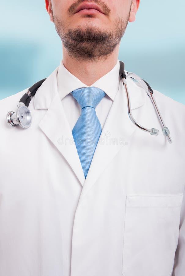 Retrato de doutor masculino desconhecido na opinião do close-up imagem de stock