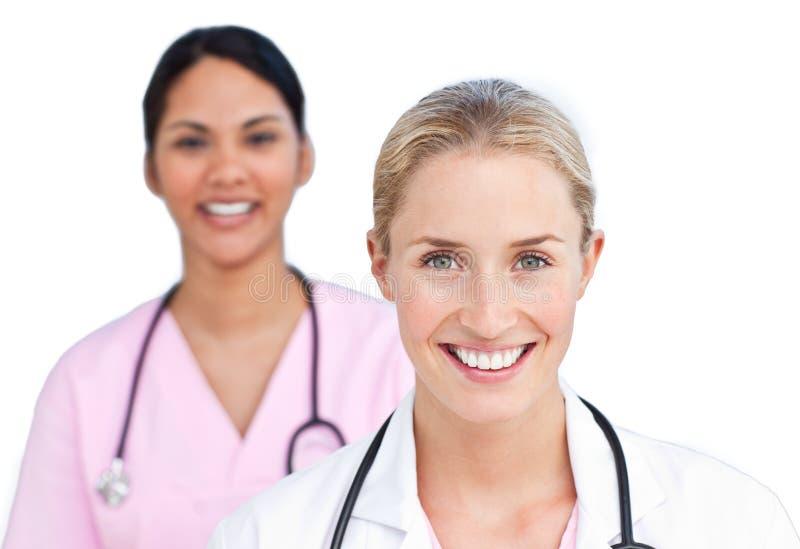 Retrato de doutores fêmeas de sorriso imagens de stock