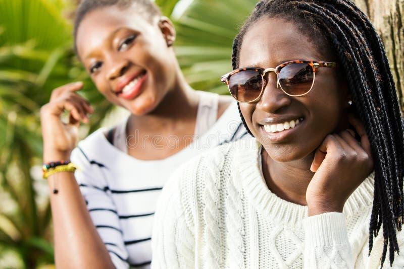 Retrato de duas amigas adolescentes africanas imagem de stock
