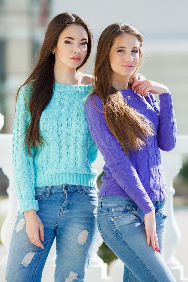 Retrato de duas amigas bonitas na cidade fotos de stock