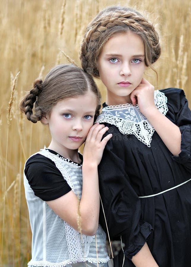 Retrato de duas amigas das meninas foto de stock