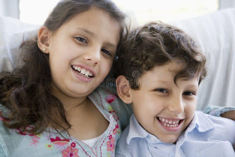 Retrato de duas crianças do Oriente Médio em casa imagens de stock royalty free