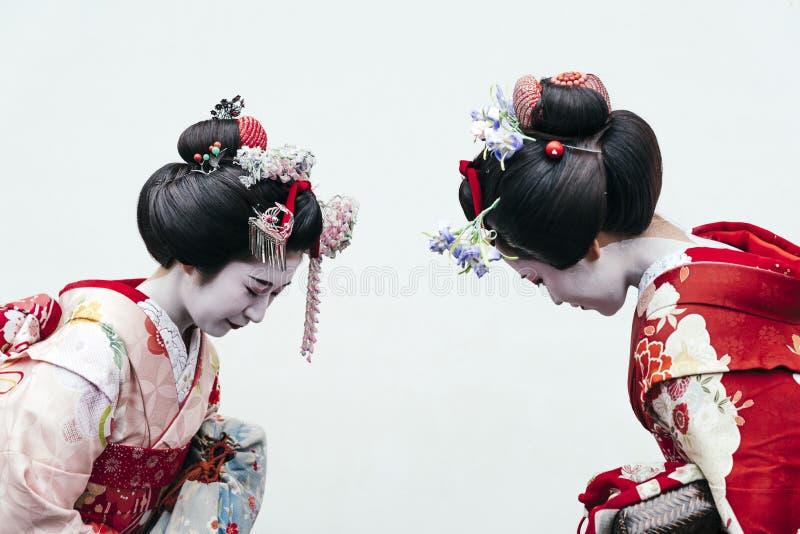 Retrato de duas gueixas de Maiko em Gion Kyoto fotos de stock royalty free