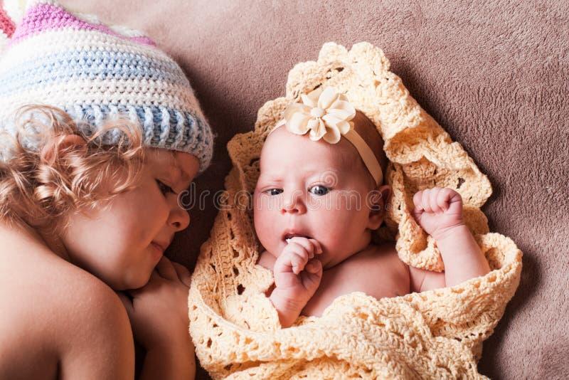 Retrato de duas irmãs imagem de stock