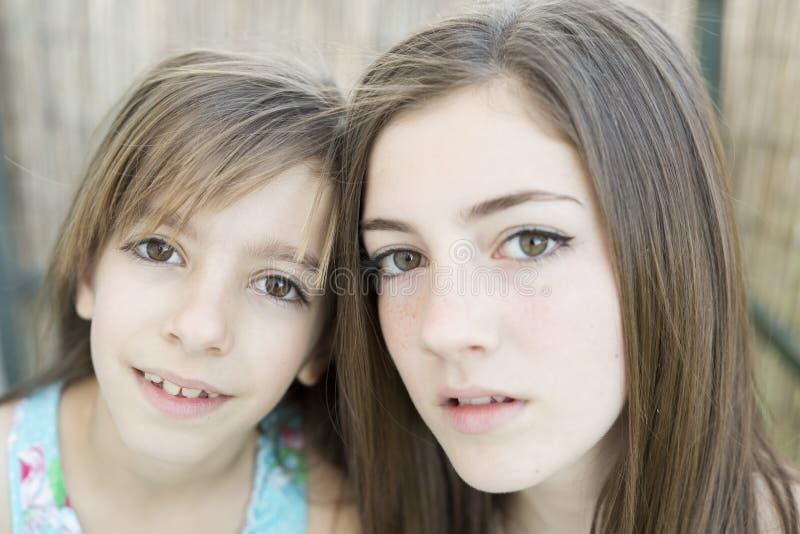 Retrato de duas irmãs fotografia de stock