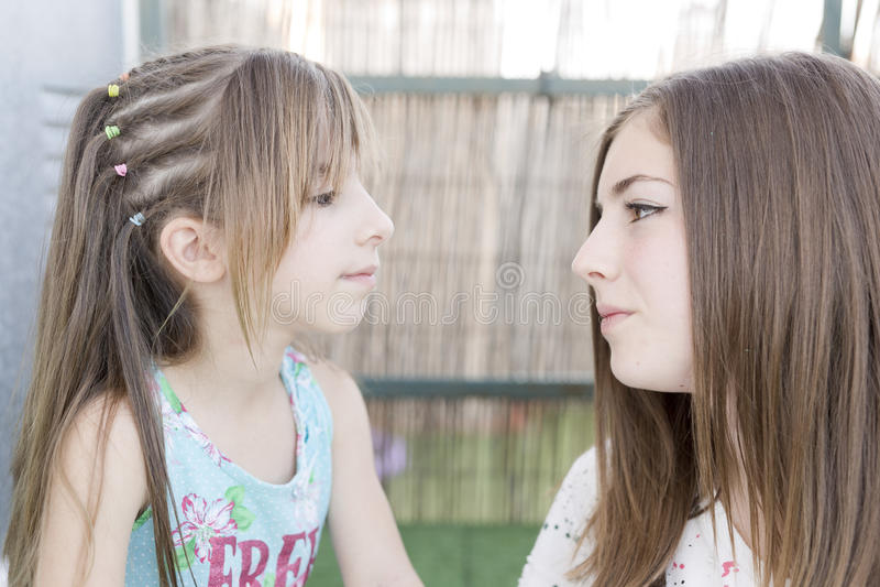 Retrato de duas irmãs fotos de stock royalty free