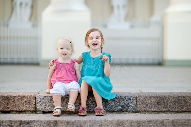 Retrato de duas irmãs mais nova fotos de stock