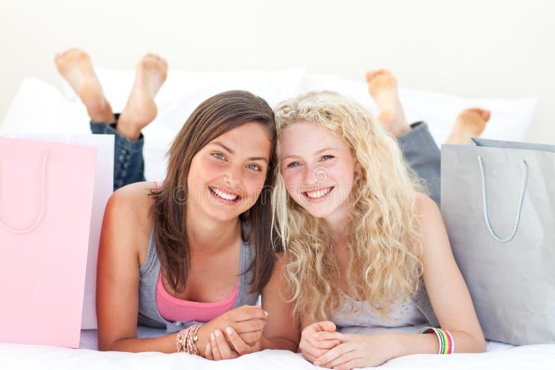 Retrato de duas meninas adolescentes após a roupa da compra foto de stock