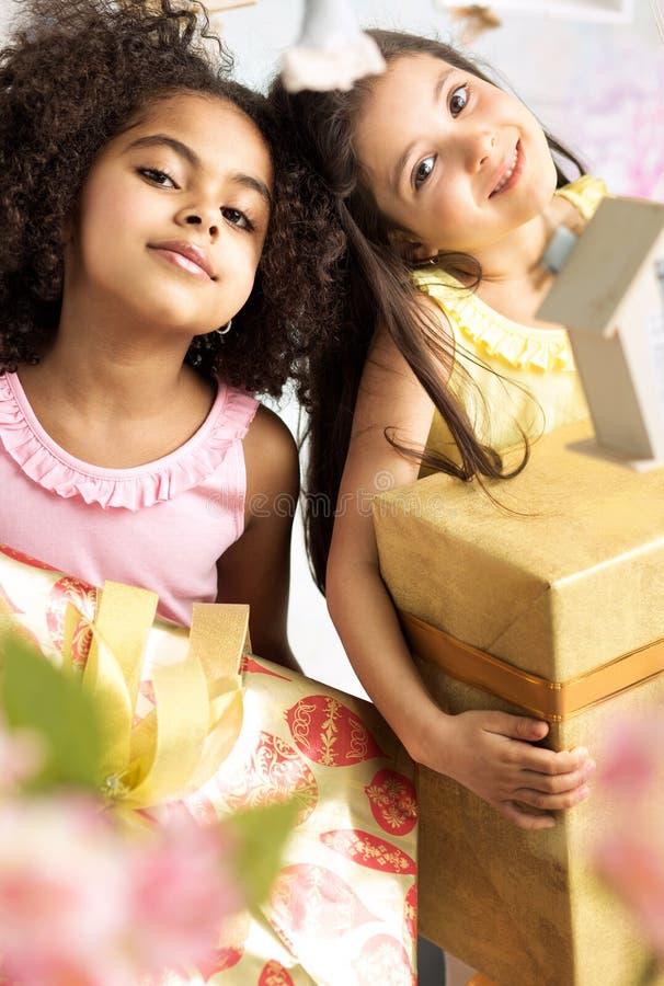 Retrato de duas meninas bonitos com os presentes fotos de stock royalty free