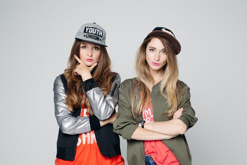Retrato de duas meninas do moderno dos bestfriends que olham a câmera imagens de stock royalty free
