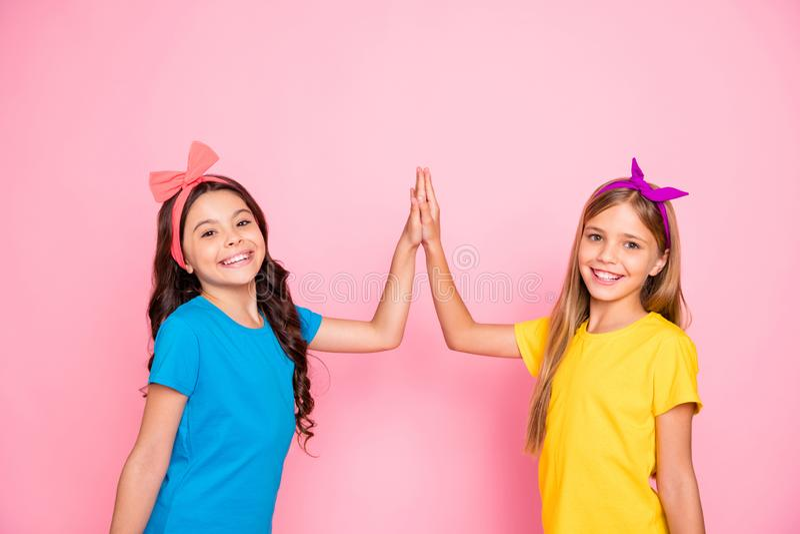 Retrato de duas meninas pre-adolescentes contentes animadores alegres amigáveis encantadores bonitas encantadores atrativas devis fotos de stock royalty free