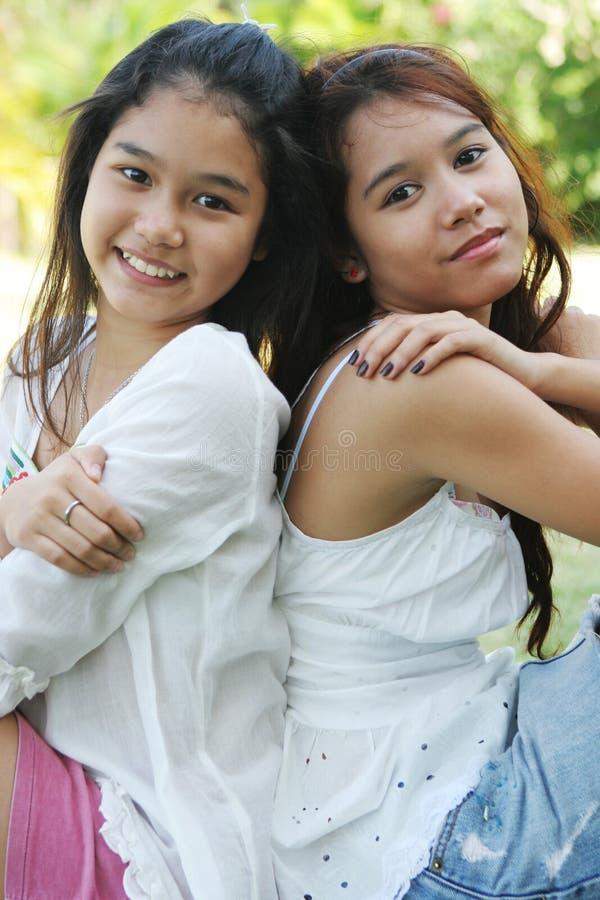 Retrato de duas meninas tailandesas encantadoras fotografia de stock royalty free