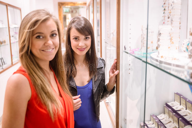 Retrato de duas mulheres bonitas em uma loja do joalheiro imagens de stock