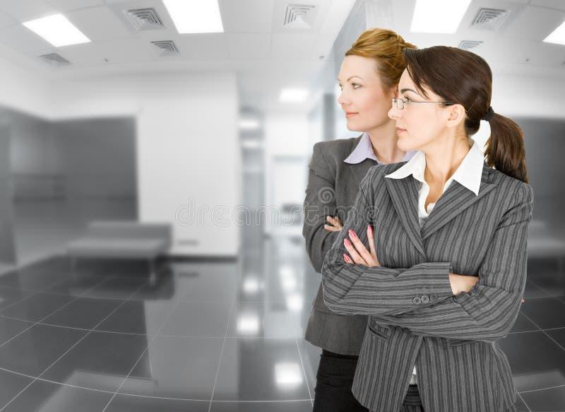 Retrato de duas mulheres na roupa do escritório imagem de stock royalty free