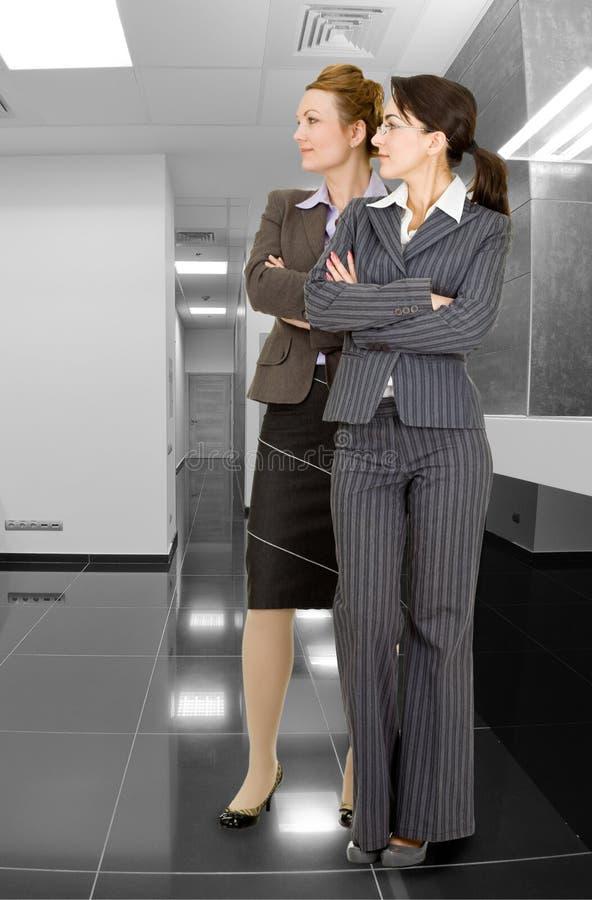 Retrato de duas mulheres na roupa do escritório fotos de stock royalty free