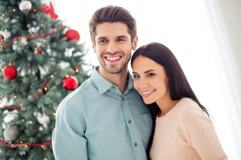 Retrato de duas pessoas casais românticos com abraço de cabelo moreno se divertem nas férias de Natal férias de Natal em casa fotografia de stock