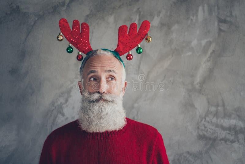 Retrato de elegante hombre viejo funky en la cabeza de reno disfrutar de fiesta de Navidad Navidad celebración de Navidad usar su imagenes de archivo