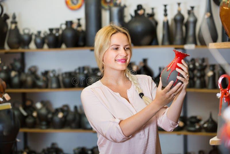 Retrato de elegir alegre de la mujer esmaltado con el ut de cerámica del color rojo imágenes de archivo libres de regalías