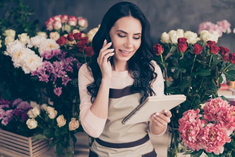Retrato de ella ella boutique de pelo ondulado alegre dulce lindo encantador precioso atractivo atractivo de la decoración del sa imagen de archivo