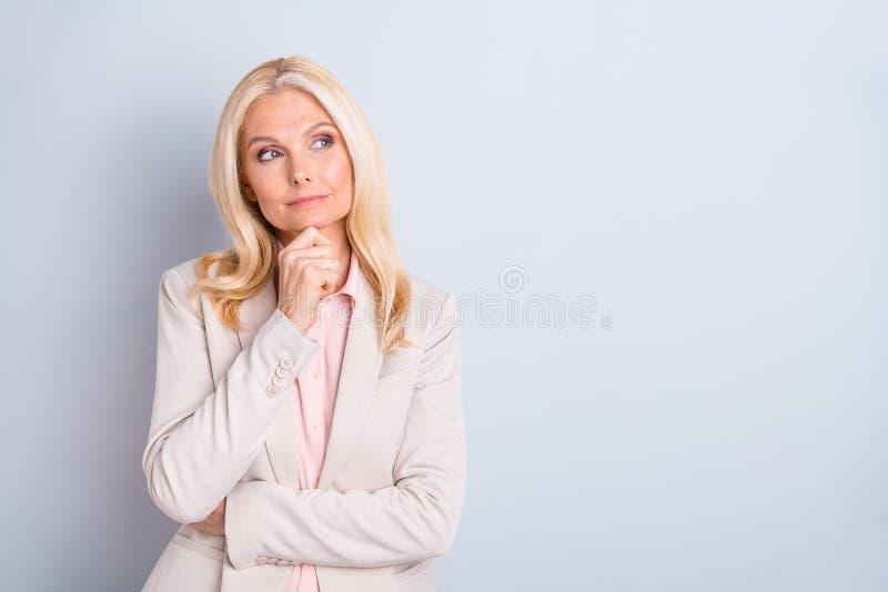 Retrato de ella ella elegante encantador atractivo agradable importado enfocó crear de pelo ondulado del director ejecutivo de la imagen de archivo libre de regalías