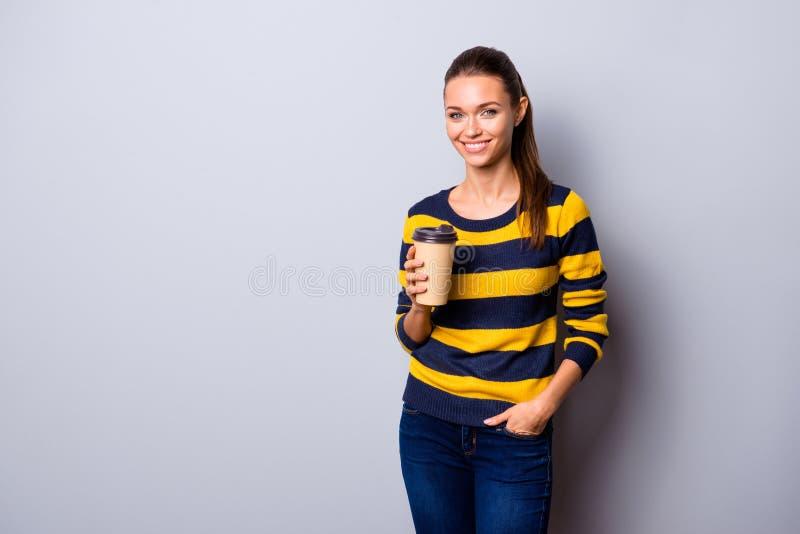 Retrato de ella ella muchacha alegre alegre atractiva adorable del brillo precioso encantador atractivo que tiene consumición del fotos de archivo libres de regalías