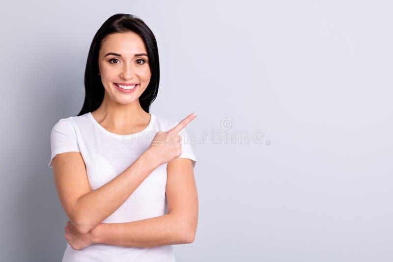 Retrato de ella ella muchacha alegre alegre positiva del brillo precioso atractivo encantador atractivo que señala a un lado la c fotografía de archivo libre de regalías