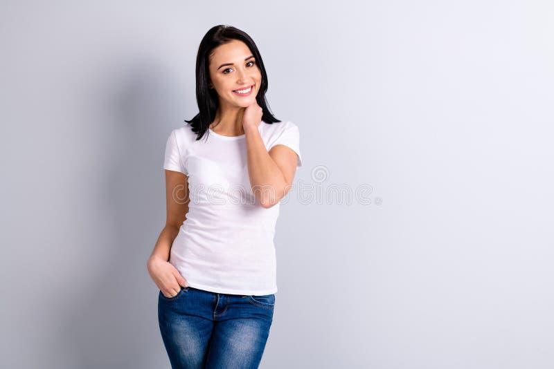 Retrato de ella ella muchacha contenta alegre alegre fina del ajustado precioso atractivo encantador atractivo aislada encima imagenes de archivo