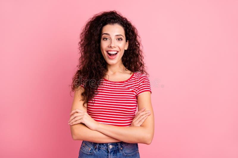 Retrato de ella ella muchacha de pelo ondulado alegre alegre alegre del brillo dulce lindo encantador atractivo atractivo dobló l imagen de archivo libre de regalías