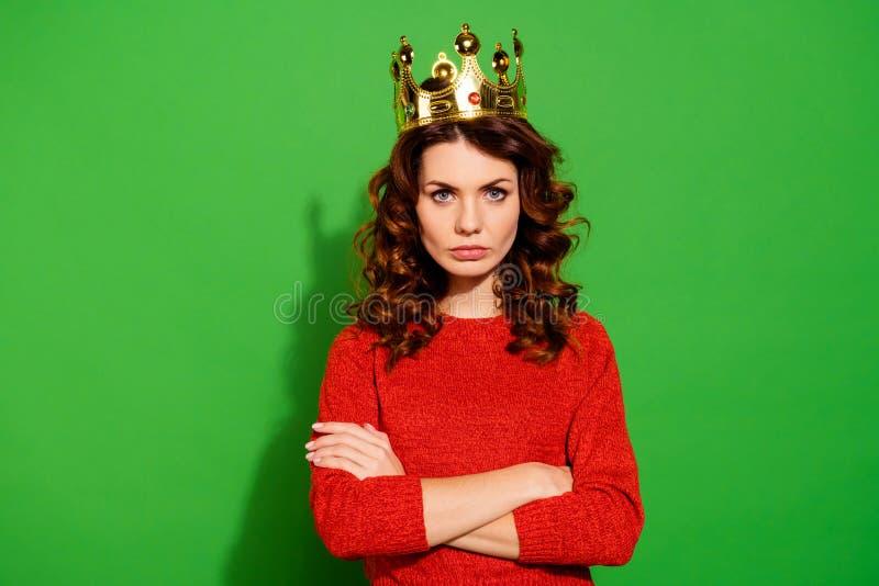 Retrato de ella ella muchacha de pelo ondulado egoísta mandona seria atractiva bonita agradable preciosa atractiva en suéter rojo foto de archivo libre de regalías
