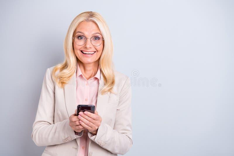 Retrato de ella ella señora de pelo ondulado emocionada alegre alegre alegre del positivo elegante precioso atractivo agradable q imagen de archivo