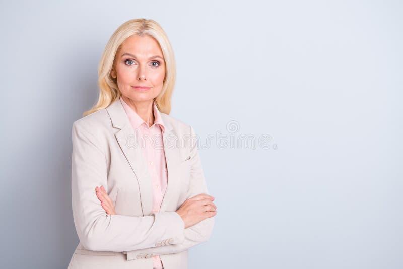 Retrato de ella ella señora de pelo ondulado experta acertada de la calma preciosa atractiva atractiva del contenido dobló los br foto de archivo libre de regalías