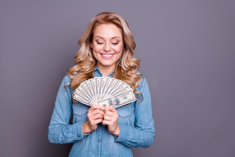 Retrato de ella ella señora de pelo ondulado rica rica alegre alegre alegre encantadora linda agradable que lleva la camisa azul  imagenes de archivo