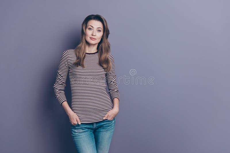 Retrato de ella ella señora de pelo ondulado tranquila acertada del contenido confiado encantador atractivo agradable que lleva a fotos de archivo