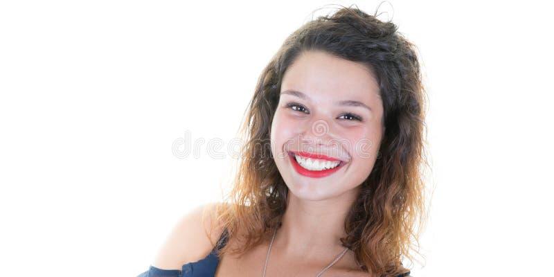 Retrato de encaracolado bonito novo de sorriso feliz da mulher isolado sobre o fundo branco com espaço vazio da cópia fotos de stock