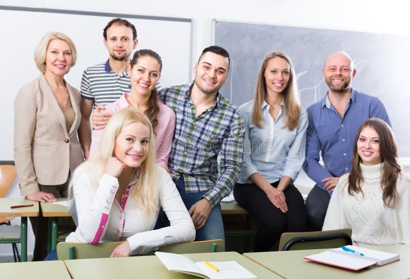Retrato de estudantes adultos na classe fotografia de stock royalty free