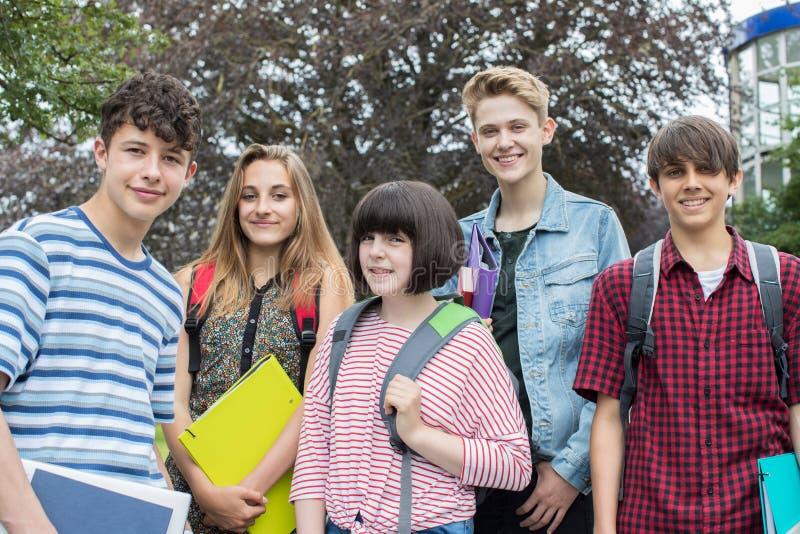 Retrato de estudiantes adolescentes fuera de la construcción de escuelas foto de archivo