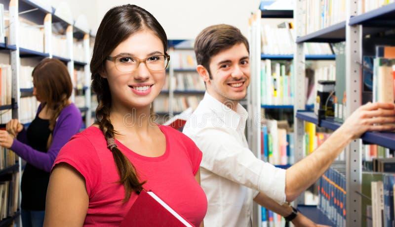 Retrato de estudiantes en una biblioteca imágenes de archivo libres de regalías