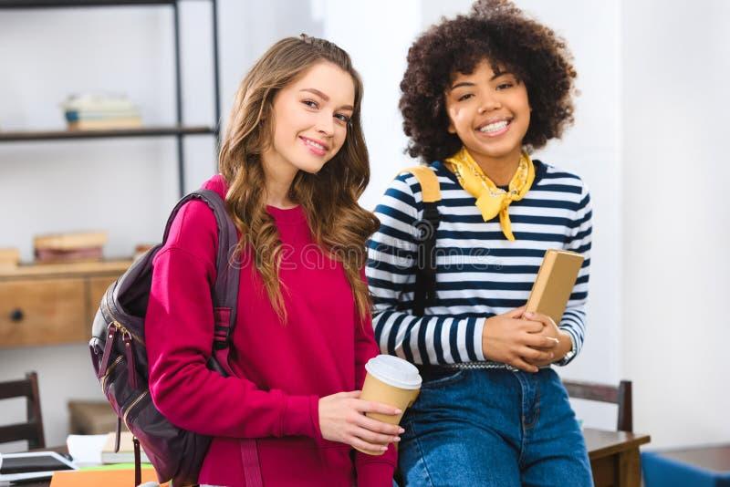 retrato de estudiantes multiétnicos sonrientes foto de archivo libre de regalías